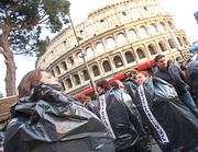 Studenti dentro ai sacchi della spazzatura al Colosseo (Jpeg)