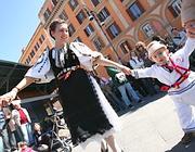 Una festa della comunità romena in piazza San Cosimato (foto Jpeg)