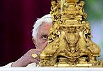 Auguri bagnati - Benedetto XVI ha augurato la buona Pasqua in 65 lingue ai fedeli di tutti il mondo. Affacciato alla finestra di piazza San Pietro, gremita di fedeli sotto la pioggia battente, il papa ha augurato «Una vita nuova liberata dal peccato, restituita alla sua bellezza originaria».  Benedetto XVI ha avuto parole per «le famiglie, i giovani e gli anziani, in particolare i malati e quanti soffrono nel corpo e nello spirito» Foto Ansa