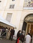Doppio binario: turisti entrano da un ingresso riservato mentre altri stanno in coda (Jpeg)
