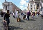 Occhiali da sole - Torna il sole sulla Capitale invasa dai turisti per il weekend pasquale. E i venditori ambulanti si sparpagliano per le piazze e sui lungotevere per tentare di conquistare nuovi clienti. L'articolo più diffuso sulle bancarelle improvvisate? Gli occhiali da sole (sopra, venditori asiatici e africani in piazza del Popolo, foto Jpeg)