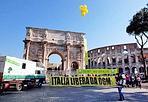 Stop Ogm, bus al Colosseo - Il tour europeo di Greenpeace contro gli Ogm fa oggi tappa in Italia, e si ferma a Roma vicino il Colosseo, con uno striscione dove gli attivisti chiedono: «Italia libera da Ogm». Lo annuncia l'associazione ambientalista nel sottolineare che il bus raccoglie e diffonde in Europa le testimonianze di agricoltori, autorità e cittadini contro gli Ogm, si ferma all'ombra del Colosseo (Foto Ansa)