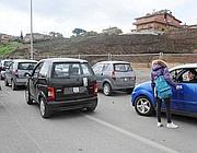 Microcar davanti ad una scuola romana (Proto)