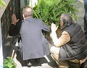 Le trattative in corso tra l'uomo con il gas e la polizia (foto Omniroma)