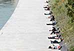 Tutti al sole - Da venerdì pare arrivino nuvole e pioggia, ma  in questo giovedì 22 aprile, Giorno della terra, sono molti i turisti e i romani che hanno approfittato dei raggi di sole sulla capitale. Nella foto Eidon, l'Isola Tiberina