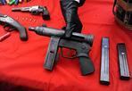 Mitra nella baracca - Sequestrato alle porte di Roma un arsenale di armi da guerra. I carabinieri hanno arrestato tre uomini: uno è incensurato, gli altri due sono pregiudicati, uno  dei quali risulta legato a un clan mafioso di Gioia Tauro. Le armi, tutte funzionanti, sono una mitraglietta Uzi di fabbricazione israeliana, con matricola abrasa, un fucile a canne mozze rubato, una pistola a tamburo e un altro fucile con matricola contraffatta, 4 kg di polvere da sparo e 480 cartucce di vari calibro. L'arsenale è stato trovato nascosto in una baracca interna al recinto dove i tre arrestati allevano animali, adiacente alle loro abitazioni (foto Proto)