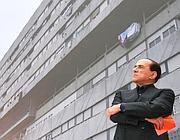 Silvio Berlusconi di fronte a un'immagine di Corviale (Jpeg)
