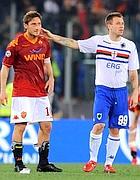 Cassano cerca di consolare Totti dopo la sconfitta (Ansa)