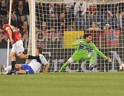 Il gol di Totti durante il primo tempo (Ansa)