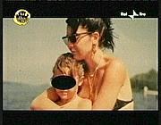 Sabrina Minardi con la figlia in un fotogramma di «Chi l'ha visto?»