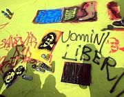Alcune delle scritte tracciate dal pubblico sul telo di Graziano Cecchini (foto Jpeg)