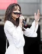 Sul palco Sabrina Impacciatore con i baffi (foto De Luca)