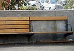 C'era una volta una panchina - Un angolo dell'area del mercato e dell'area giochi per i bambini a Piazza San Cosimato a Trastevere: panchine sfasciate, tombini rotti, spazi verdi abbandonati, degrado generalizzato, come segnalano i lettori di Corriere.it . Nella foto inviata da Carla Palmieri si notano le tavole di legno che costituiscono la pavimentazione dell'area giochi:sono tutte rotte e pericolosissime per i bambini che frequentano l'area.