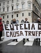 Una protesta dei lavoratori Eutelia , società specializzata nella gestione di call center (foto Ansa)