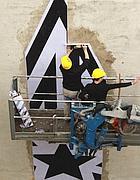 Si monta uno stencil su un palazzo