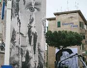 I giganteschi stencil, graffiti su carta, esposti sui palazzi a Garbatella