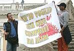 Protesta per la casa - «Scajola dacce la dritta», «Casa, reddito dignità», «Anch'io voglio una casa comprata da altri». Con questi striscioni, un gruppo composto da circa 200 aderenti ai movimenti di lotta per la casa ha manifestato in piazza del Campidoglio. «Vogliamo riportare all'attenzione - ha detto Giulia del Coordinamento cittadino di lotta per la casa - sulla pesante situazione degli sgomberi in città» (Eidon)