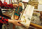 Casa nuova per le bambole - Si conclude dopo mesi di attesa e polemiche la vicenda dalla Casa delle Bambole, bottega artigiana in salita Magnanapoli chiusa per uno sfratto un anno fa. La signora Pierina Cesaretti, che all'inizio di aprile si era incatenata per protesta davanti al Campidoglio, riceve lunedì mattina  le chiavi dei locali di via Flaminia 58 dove, in settimana, inizieranno i lavori di sistemazione: la nuova sede della bottega sarà agibile in tempi brevi. Le chiavi le saranno consegnate  dall'assessore al Patrimonio del Comune di Roma, Alfredo Antoniozzi, insieme al delegato per il Centro Storico, Dino Gasperini (foto Eidon)