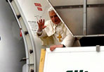 Il Papa in viaggio - Èpartito martedì mattina dall'aeroporto di Fiumicino Benedetto XVI per il suo viaggio pastorale in Portogallo, il quindicesimo all'estero. Prima destinazione Lisbona. Poi il Pontefice si recherà a Fatima e Porto. Il rientro è previsto venerdì. E domenica  lo attende a Roma, in piazza San Pietro una grande manifestazione di solidarietà promossa dalla Consulta delle associazioni e dei movimenti ecclesiali, cui aderirà anche il sindaco Alemanno (Reuters)