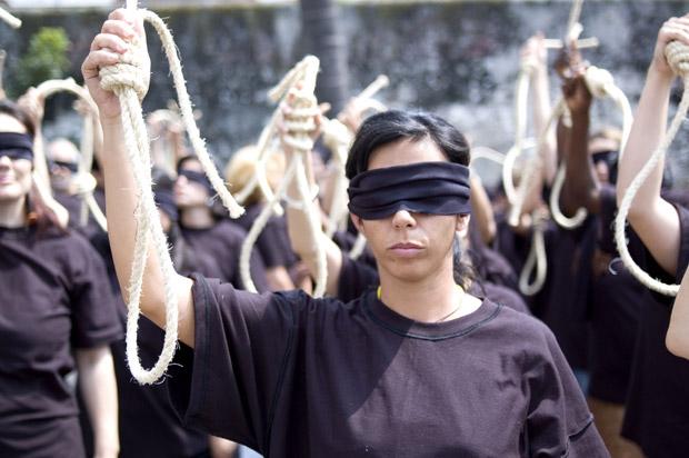 «No» alla pena di morte -  «La Camera sarà in campo per sostenere gli sforzi per l'abolizione della pena di morte» a livello mondiale. Così il presidente della Camera, Gianfranco Fini, nel corso del suo intervento al V incontro internazionale dei ministri della Giustizia 'Dalla moratoria all'abolizione della pena di mortè organizzato dalla Comunità di S.Egidio. Bisogna ribadire la piena disponibilità dell'Italia a battersi per la moratoria - aggiunge la terza carica dello Stato - accolgo con favore l'iniziativa italiana per una nuova moratoria da presentare per la sessione autunnale dell'assemblea dell'Onu»