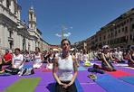 Yoga in piazza - Tappetini colorati, piedi scalzi e contorsioni varie.  La manifestazione internazionale itinerante «Yoga Aid Challenge» sabato mattina ha toccato anche il suolo di piazza Navona, dove tutti i praticanti e gli appassionati si sono cimentati in una seduta di yoga (Jpeg)