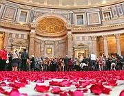 Il pavimento del Pantheon dopo la pioggia di petali