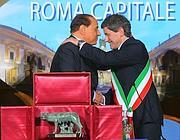 Berlusconi e Alemanno nel maggio 2009 alla presentazione di Roma Capitale (Lapresse)