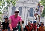 Critical mass: in bici contro le auto - Il gruppo dei «Critical Mass» in piazza San Giovanni.  Il movimento internazionale che si tiene in più di 400 città del mondo, avviene ogni ultimo venerdì del mese quando i ciclisti, spontaneamente, vanno in massa a percorrere le strade delle loro città normalmente occupate dalle automobili.Critical Mass si concentra sul diritto di utilizzare le strade in modo altro che non semplici luoghi dove far circolare ed ammassare le automobili. (Foto Eidon)