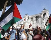 I manifestanti sotto il Campidoglio (Reuters)
