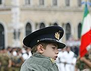 Un bambino segue la parata del 2009 (Ansa)