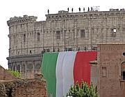 Il grande Tricolore srotolato sul Colosseo e tenuto dai Vigili del Fuoco (Ipp)