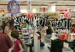 Il blitz al supermercato - Alcuni pacifisti pro-Palestina e anti-Israele hanno organizzato sabato mattina un blitz in un supermercato su via Casilina. L'obiettivo: convincere chi faceva la spesa a boicottare i prodotti israeliani (Eidon)