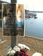 Il cartello che ricorda Sara e Francesca a Cala Rossano (Zanini)