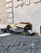 Trastevere: un bivacco di cartone in piazza Santa Maria (foto Jpeg)