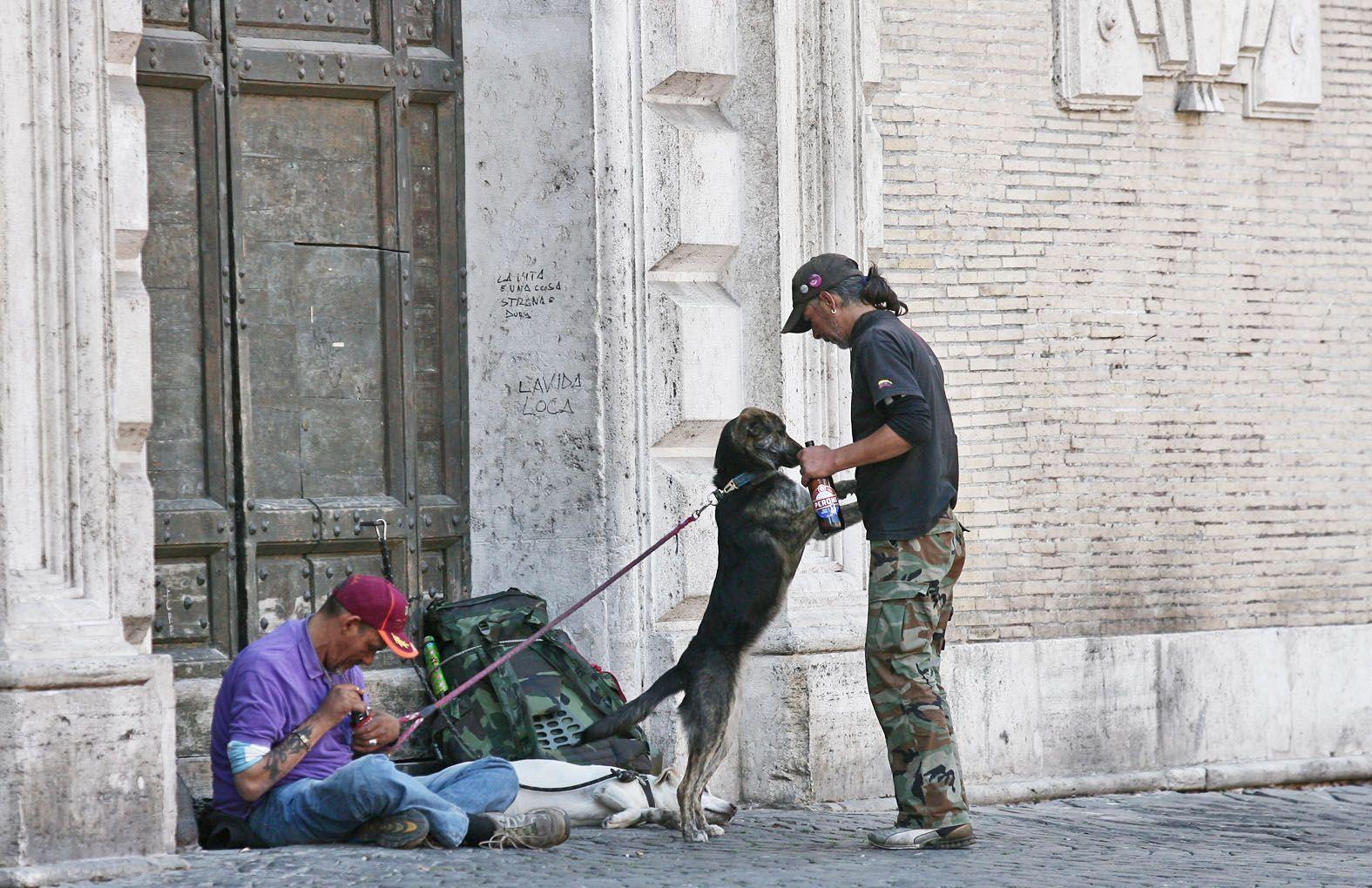 Senzatetto bivaccano vicino alla chiesa di Santa Maria in Trastevere (Jpeg)