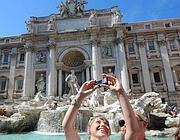 Turisti alla Fontana di Trevi (Ansa)