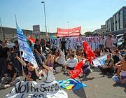 Manifestazione dei ragazzi del call center della Cronos (foto Faraglia)
