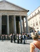 Turisti al Pantheon (foto Eidon)