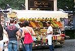 Frutta da gioielleria - Via del Corso, un carrello ambulante vende frutta all'angolo con via della Croce: siamo a nemmeno 200 metri dalle vetrine di «Tiffany» e, forse, il gestore del banco di primizie (che primizie non sono più vista la stagione) si è fatto un po' influenzare dai listini del gioielliere. Ciliegie: 15 euro al chilo; albicocche 8 euro; pesche idem; kiwi, 6 euro al kg; uva 8 euro (foto Zanini)