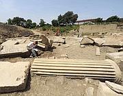 Archeologi presso le colonne scanalate del tempio (Proto)