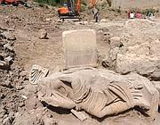 La statua della moglie del «gladiatore» trovata 4 giorni fa sulla Flaminia (foto Mario Proto)