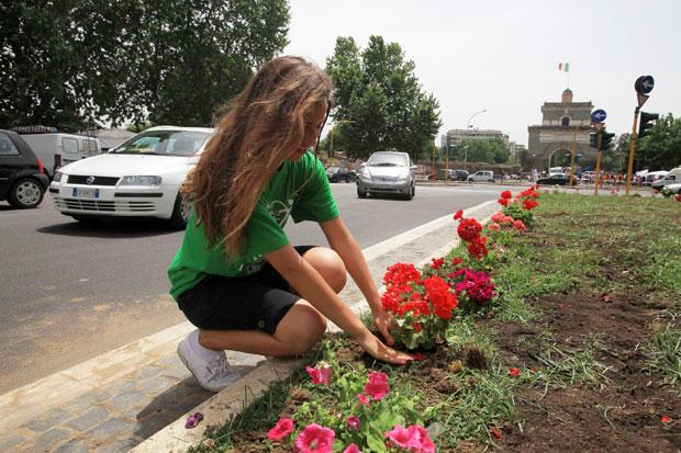 Decoro urbano - Ragazze lavorano all'aiuola centrale di Ponte Milvio il 12 giugno 2010. La giornata è dedicata al decoro urbano, iniziativa conclusiva del «Retake Rome» (foto Eidon)