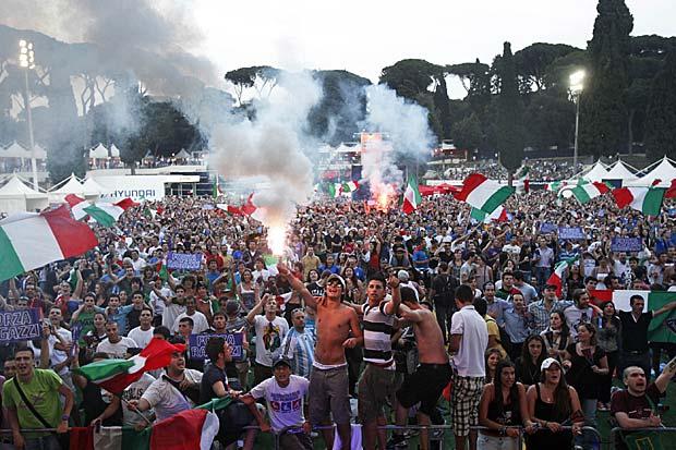 Ventimila in festa - Piazza di Siena gremita lunedì sera per la prima partita dell'Italia al mondiale di calcio sudafricano. In ventimila si sono trovati davanti al megaschermo  del Fifa Fan Fest, il villaggio realizzato proprio per seguire tutti i campionati di calcio (Ansa)