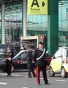Controlli dei carabinieri allo scalo di Fiumicino