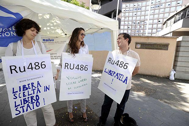 Pillola libera - «Contro il boicottaggio della pillola Ru-486 da parte della Regione Lazio noi faremo le barricate». Questo il grido che si leva dalla protesta di piazza organizzata davanti alla sede della Regione dall'associazione Vita Donna onlus, a cui stanno partecipando tante cittadine e diverse sigle politiche. Un centinaio i manifestanti in piazza Ulderico da Pordenone. Espongono cartelli con su scritto: «Ru-486 liberatela», «Libera scelta in libero stato». «Chiederemo alla Polverini di sospendere la deliberazione che blocca in effetti la somministrazione della Ru-486 - spiega la presidente di Vita Donna Elisabetta Canitano - Dopo che il Grassi aveva somministrato la prima pillola abortiva ad una donna con controindicazioni per l'intervento chirurgico, le linee guida della Regione hanno imposto di fatto la sospensione della somministrazione a tempo indeterminato e, ad esempio al Grassi, sei donne che erano in attesa della Ru-486 ora saranno costrette o a fare l'intervento chirurgico, che è più rischioso, o ad andare in altre regioni». «È singolare che una presidente donna, a prescindere dal colore politico, si dimostri così insensibile ai problemi delle donne - afferma Ileana, una ragazza di 30 anni -. Io personalmente mi sento tradita». Al presidio sono presenti anche rappresentanti del Pd regionale, dei radicali, dell'Idv e di Sinistra e Libertà. (foto Granati)