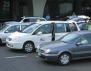 Taxi in doppia fila fuori dagli stalli a Fiumicino (foto  Jpeg)