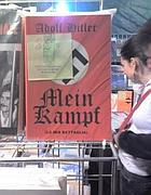 La bancarella con il «Mein Kampf»