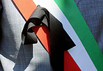 """Sindaci in piazza - Centinaia di sindaci stanno protestando davanti palazzo Madama contro i tagli previsti dalla manovra del governo. Alcuni indossano le fasce tricolori listate a lutto, e altri addirittura con il cappio al collo, esponendo cartelli con su scritto """"Comuni con il cappio al collo"""". Gli oltre ottomila Comuni italiani chiedono che i tagli vengano più equamente redistribuiti e hanno lanciato l'allarme. Sono a rischio gli asili nido, i trasporti pubblici locali, l'assistenza, la scuola, l'ambiente e le infrastrutture per la mobilità. Alla manifestazione dell'Anci hanno aderito, tra l'altro, l'Unione delle Province italiane, le comunità montane, la Legautonomie e la Cgil. (foto Blow up)"""