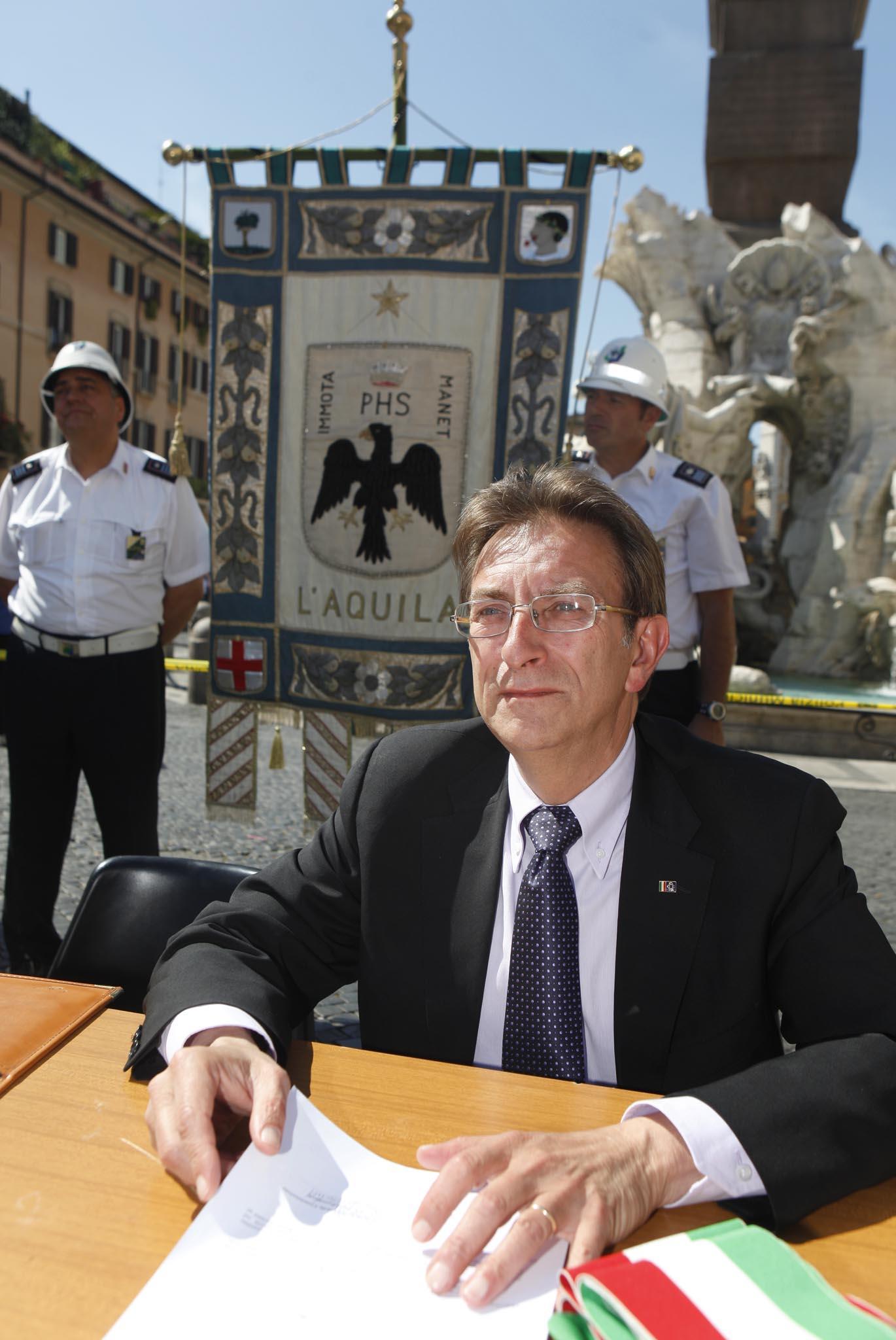 Il sindaco Massimo Cialente (Lapresse)