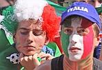 Delusione in piazza di Siena - Erano in migliaia in piazza di Siena. Tricolori addosso, sui capelli, sulle guance. Famiglie, studenti, ragazzi, impiegati. Inchiodati davanti al megaschermo montato per assistere alle partite del mondiale sudafricano. Hanno sudato, sofferto, gioito, sperato. E alla fine pianto al fischio finale che ha decretato l'uscita dal Campionato mondiale di calcio dell'Italia. La Nazionale azzurra torna a casa (Jpeg)